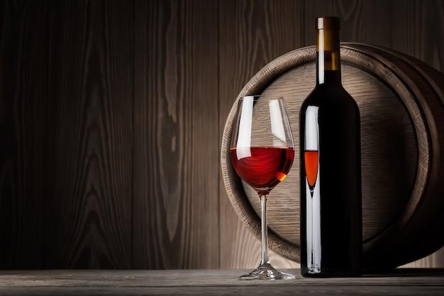 Vino rosso in vetro con bottiglia