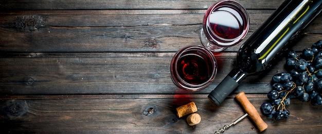 Vino rosso in bicchieri con l'uva.