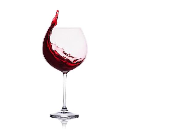 Spruzzata di vino rosso isolato su sfondo bianco.