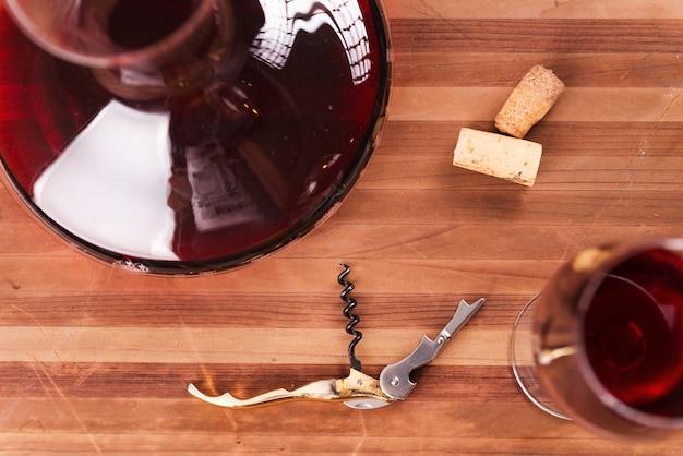 Vino rosso. vista dall'alto del decanter e del bicchiere di vino con vino rosso sul tavolo di legno