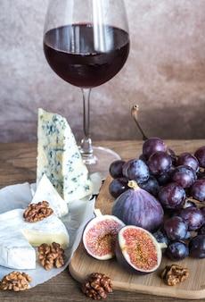 Vino rosso con camembert, fichi e uva