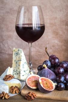 Vino rosso con formaggio, fichi e uva