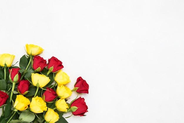 Bouquet di rose rosse e gialle su bianco