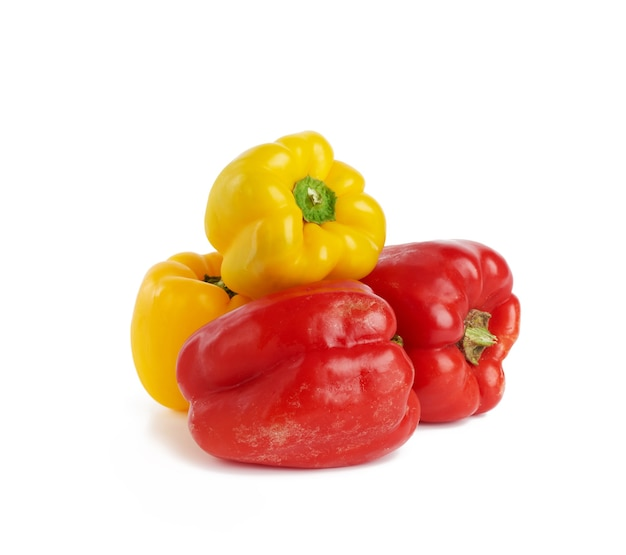 Peperoni dolci rossi e gialli isolati