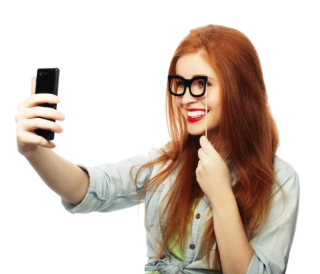 Ragazza dai capelli rossi pronta per la festa, scatta un selfie Foto Premium