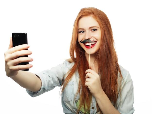 Ragazza dai capelli rossi pronta per la festa, prendi selfie