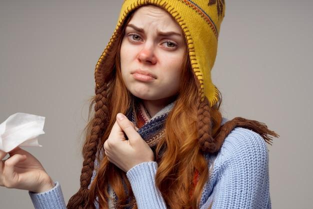 Sfondo chiaro di temperatura di problemi di salute della donna dai capelli rossi