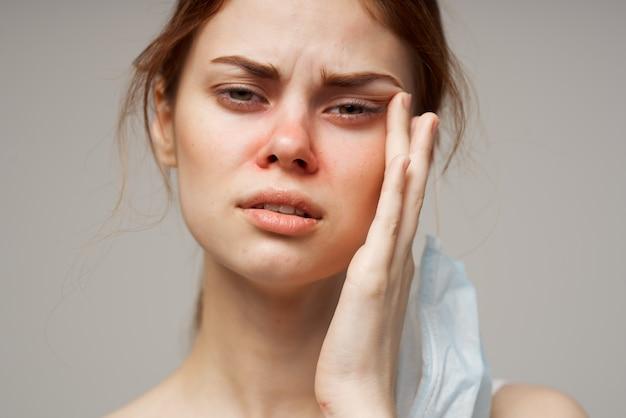 Primo piano freddo della maschera per il viso medica della donna dai capelli rossi