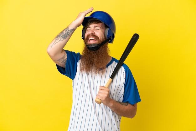 L'uomo del giocatore di baseball dai capelli rossi con casco e mazza isolato su sfondo giallo ha realizzato qualcosa e intendeva la soluzione