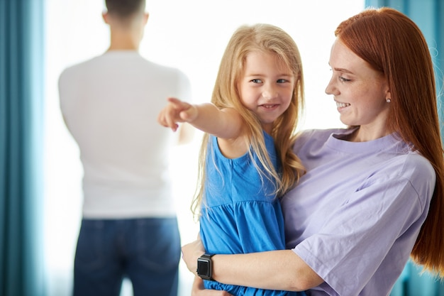 Donna caucasica rossa con ragazza bambino lascia l'uomo mentre si allontanava