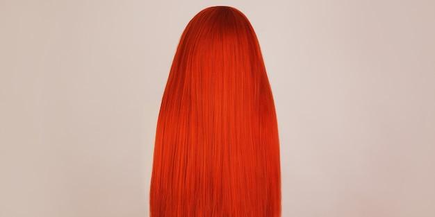 Ragazza rossa con i capelli lunghi brillanti. bellezza naturale. giovane ragazza con i capelli perfetti. capelli rossi voluminosi. colorare in salone. acconciatura brillante. donna rossa
