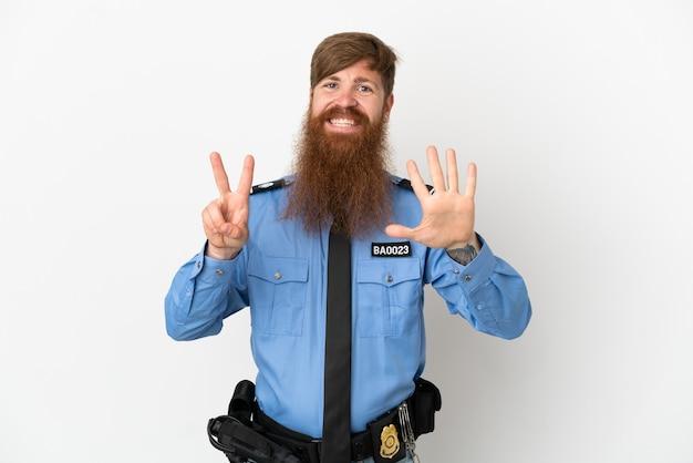 Uomo di polizia rossa isolato su sfondo bianco contando sette con le dita