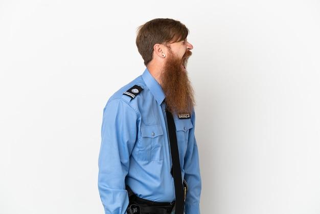 Uomo di polizia rossa isolato su sfondo bianco che ride in posizione laterale