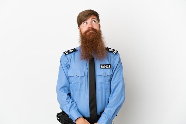 Uomo di polizia rossa isolato su sfondo bianco e guardando in alto