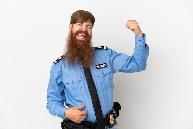 Uomo di polizia rossa isolato su sfondo bianco che fa il gesto della chitarra