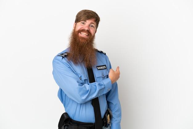Uomo di polizia rossa isolato su sfondo bianco che punta indietro