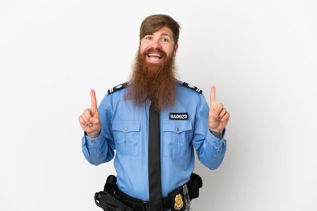 Uomo di polizia rossa isolato su sfondo bianco che punta verso l'alto una grande idea