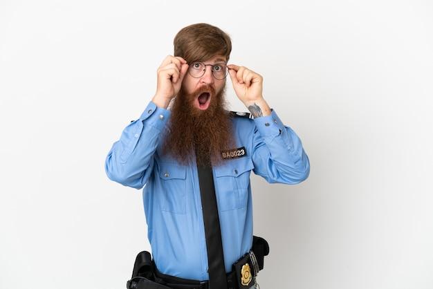 Redhead uomo di polizia isolato su sfondo bianco con gli occhiali e sorpreso