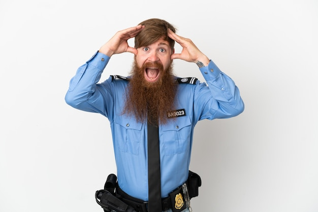 Uomo di polizia rossa isolato su sfondo bianco con espressione di sorpresa