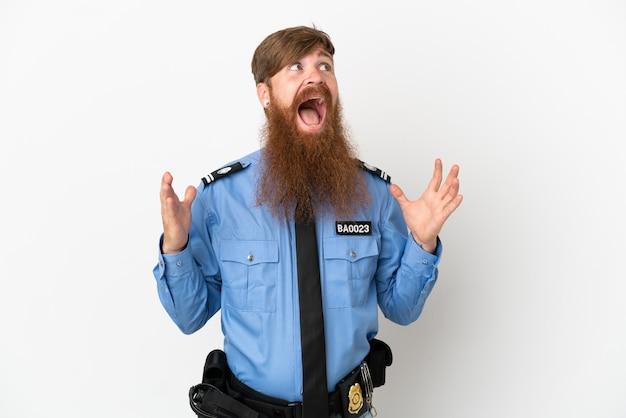 Uomo di polizia rossa isolato su sfondo bianco con espressione facciale a sorpresa