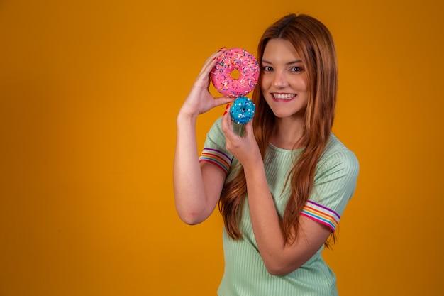 Giovane donna dai capelli rossi con ciambelle
