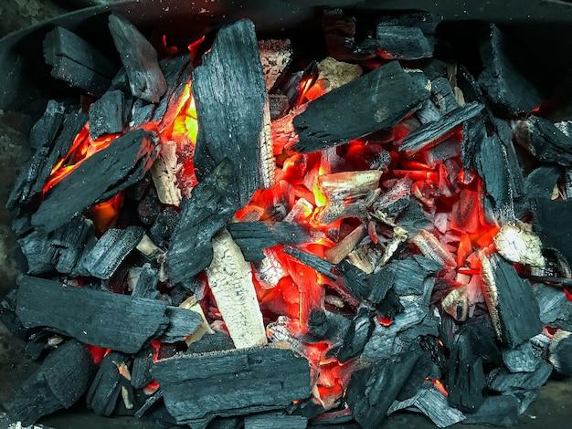 Carbone rovente sul fondo della griglia.