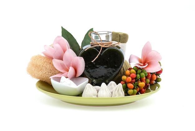 Riduci l'acne con tiliacora triandra, foglie verdi, calce rossa e riempitivo di argilla bianca isolato su bianco.