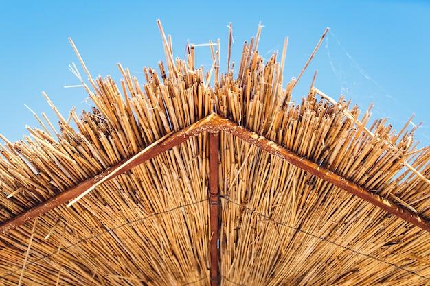 Vista ravvicinata dell'ombrello di canna dal basso