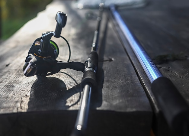 Bobina di canna da pesca e impugnatura a rete in prospettiva ravvicinata attrezzatura da pescatore