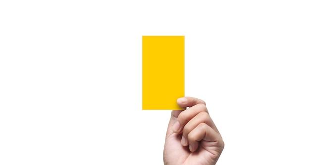 Mano dell'arbitro che tiene cartellino giallo su fondo bianco