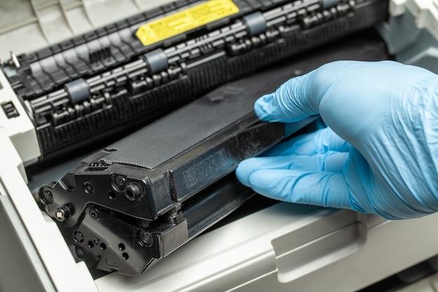 Riempire e riparare la cartuccia della stampante.