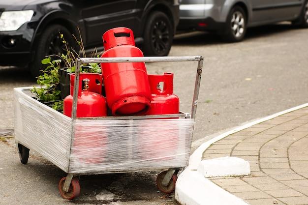 Le bombole di gas rosse ricaricabili sono in un rimorchio all'esterno