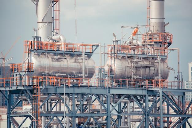 Petrolio e pipeline di produzione orizzontale della nave cisterna dell'industria della raffineria.