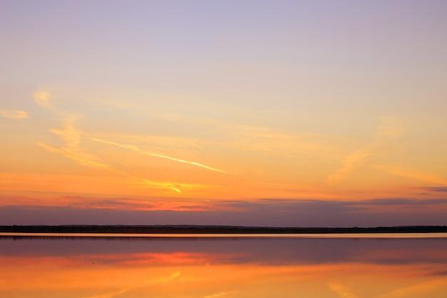 Riflessione di un bel tramonto sull'acqua