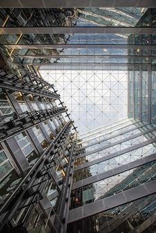 Vetro di riflessione, vista in vetro ad angolo basso di edifici colorati