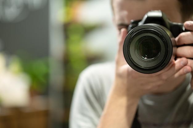 Riflessione nello specchio di un uomo con uno spazio di copia della fotocamera.