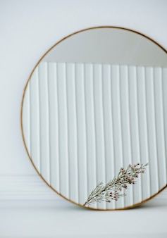 Riflesso di un fiore di cera rosa in uno specchio