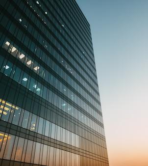 Lato riflesso sul grattacielo al tramonto