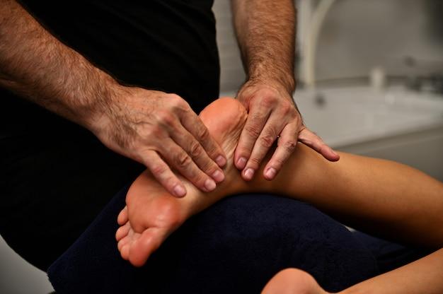 Massaggio di riflessologia plantare. trattamento piedi nel centro termale benessere ayurvedico