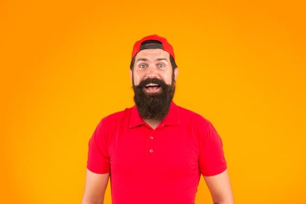 Effetto rinfrescante. moda estiva maschile. barbiere e cura dei peli del viso. essere trendy e brutale. cura di barba e baffi. felice sfondo arancione hipster maturo. uomo barbuto camicia rossa e berretto.