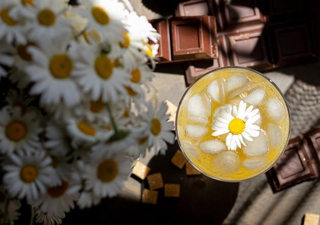 Bevanda rinfrescante alla camomilla su sfondo di cioccolato e zucchero