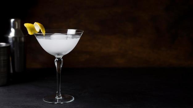 Bicchiere da cocktail rinfrescante pronto per essere servito