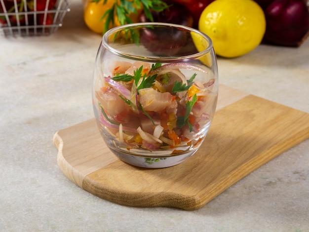 Piatto rinfrescante di pesce marinato nel succo di agrumi. dieta e concetto di cibo sano.