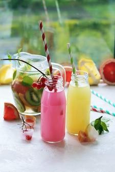 Rinfrescante bevanda alla frutta sul tavolo, estate, cocktail fatti in casa