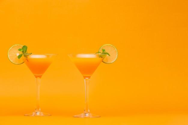 Rinfrescanti cocktail di succo d'arancia nei bicchieri