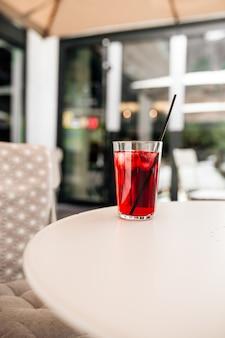 Limonata rinfrescante bevanda estiva di frutta rossa sul tavolo bianco