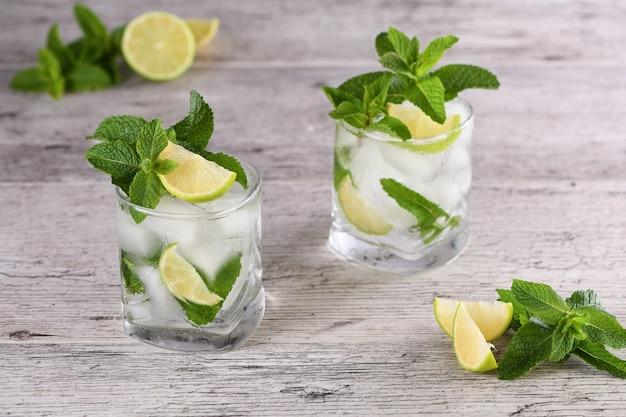 Mojito cocktail alcolico estivo rinfrescante con ghiaccio, menta fresca e lime