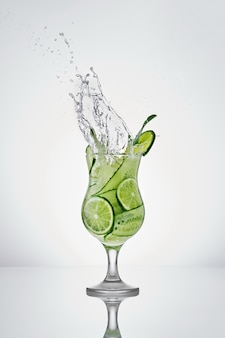 Bevanda tonica rinfrescante con cetriolo lime e menta bevanda fresca con soda in un bel bicchiere