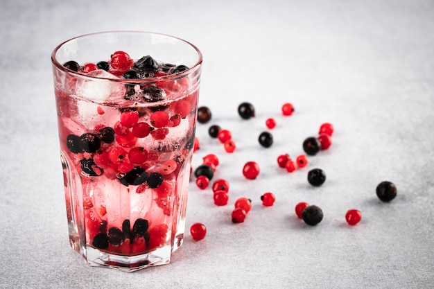 Bevanda estiva di ristoro con ribes nero e ghiaccio closeup