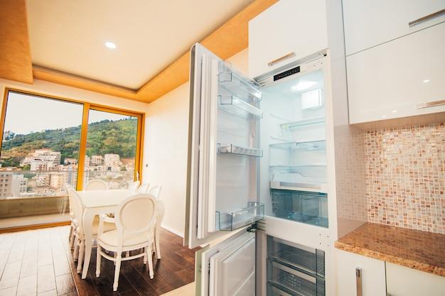 Frigorifero in cucina elettrodomestici per la cucina